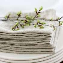 Linservietter til å pynte opp det fantastiske selskapsbordet. Av rustikk og miljøvennlig lin har du flotte servietter du kan bruke i mange år.  Med flott monogram eller navn brodert på har du en til hver av middagsgjestene. Enten det er til jul, bryllup, søndagsmiddag eller andre anledninger har alle sin egen serviett.