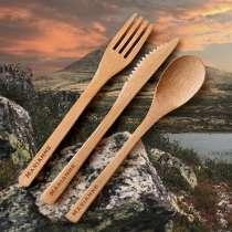 <p>Turbestikket du vil ha med på turen!</p> <p>Praktisk turbestikk av bambus, bestående av kniv, gaffel og skje. Leveres i lekker oppbevaringsmappe i filt. Med gravert navn på alle tre deler er dette den perfekte gaven for alle som elsker å ta korte eller lange turer i vår egen vakre natur!</p>