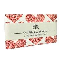 Gi en vakker såpe med budskap fra The English Soap Company som en liten hyggelig oppmerksomhet til den du er glad i. Innpakket i et vakkert papir med vintage design og med en hyggelig hilsen.<br/><br/>Såpe med en frisk duft av søte roser og nyklippet gress. Overtoner av pioner, fioler og fresia, med en base av guaiaved og bringebær.<br/><br/>