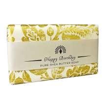 Gi en vakker såpe med budskap fra The English Soap Company som en liten hyggelig oppmerksomhet til fødselsdagen. Innpakket i et vakkert papir med vintage design og med en hyggelig fødselsdagshilsen.<br/><br/>En aromatisk duft med beroligende hint av lavendel og rosmarin, med en frisk karakter fra et snev av mynte. En blanding av høy, tørkede lavendelblomster og vanilje skaper basen sammen med sedertre og moskus. Dette er en flott parfymert såpe med lavendel som blir en hyggelig gave til en spesiell på fødselsdagen.<br/><br/>