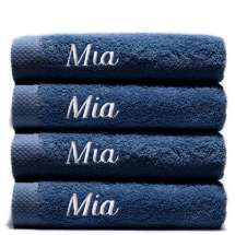 Himmelsk deilige og luksuriøst myke håndklær. Takket være bomullens absorberende natur, tørker de på kort tid.  70x140 cm, 100% bomull  <i>Bestill en enda finere gave med samme navn og farge. Dette er et sett med 4 identiske, så du alltid har et for hånden.</i>