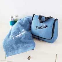 """Monaco Premium toalettveske sammen med et matchende """"Pure exclusive Badehåndkle"""".<br/><i><font size=""""2em"""">Kun 50,- ekstra for brodering på fronten.</font></i>"""