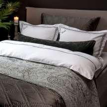Hverdagsluksusen er godt på plass når du kan sove i dette deilige og lekre sengetøyet.  Detaljert med overlock søm i kontrastfarge som gir det en touch av det kontinentale og det liker vi.