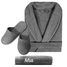 Badekåpe og håndkle 50x100 cm med initialer eller navn, samt matchende slippers. Badekåpen er av tykk, myk, frotté. Dette er kjærestegaven til den du er glad i – og deg selv!