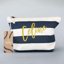 Elegant accessory bag med maritimt design inspirert av The Hamptons. Personalisert akkurat for deg eller noen du er glad i. Solid 100% slitesterk bomullslerret garanterer deg mange års bruk. Skriv ønsket navn i fire hotte glitterfarger!