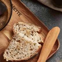 Rektangulær tallerken i teak. Tallerkenens enkle design, i samspill med treets fine varierte struktur og varme glød, gir hver enkelte tallerken et enestående, naturlig og rustikt uttrykk.