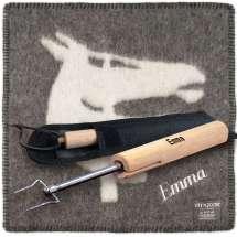 En teleskopisk bålpinne og et sitteunderlag i tovet ull. Navnet graveres og broderes flott på begge delene.