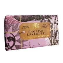 The English Soap Company feirer 20-årsjubileum for såpeproduksjon. Jubileumsamlingen bruker moderne design og et variert utvalg av deres mest populære duftsåper. Et herlig såpestykke med pleiende ingredienser, blant annet Sheasmør som er kjent for sine fuktighetsgivende egenskaper. Dufter fantastisk! Innpakket i vakkert, flott og moderne designet papir.<br/> En aromatisk duft med beroligende hint av lavendel og rosmarin, med en frisk karakter fra et snev av mynte. En blanding av høy, tørkede lavendelblomster og vanilje skaper basen sammen med sedertre og moskus.<br/><br/>