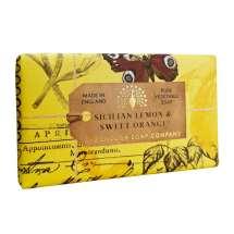 The English Soap Company feirer 20-årsjubileum for såpeproduksjon. Jubileumsamlingen bruker moderne design og et variert utvalg av deres mest populære duftsåper. Et herlig såpestykke med pleiende ingredienser, blant annet Sheasmør som er kjent for sine fuktighetsgivende egenskaper. Dufter fantastisk! Innpakket i vakkert, flott og moderne designet papir.<br/> Såpe med frisk duft av sitron og friske rosenblad. Duften har en rik undertone av tørr rav, søt appelsin og moskus.<br/><br/>