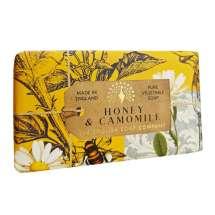 The English Soap Company feirer 20-årsjubileum for såpeproduksjon. Jubileumsamlingen bruker moderne design og et variert utvalg av deres mest populære duftsåper. Et herlig såpestykke med pleiende ingredienser, blant annet Sheasmør som er kjent for sine fuktighetsgivende egenskaper. Dufter fantastisk! Innpakket i vakkert, flott og moderne designet papir.<br/> Såpe med honning og kamille gir et varmt behagelig hint av moskus og vanilje. Mellomtonene er rike av glatt honning og lett frisk kamille.<br/><br/>