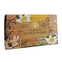 The English Soap Company feirer 20-årsjubileum for såpeproduksjon. Jubileumsamlingen bruker moderne design og et variert utvalg av deres mest populære duftsåper. Et herlig såpestykke med pleiende ingredienser, blant annet Sheasmør som er kjent for sine fuktighetsgivende egenskaper. Dufter fantastisk! Innpakket i vakkert, flott og moderne designet papir.<br/> Luksussåpe med en varm dyp duft av sandeltre og et hint av sedertre for å skape en vakker balansert aroma. Den har en typisk treaktig duft.<br/><br/>